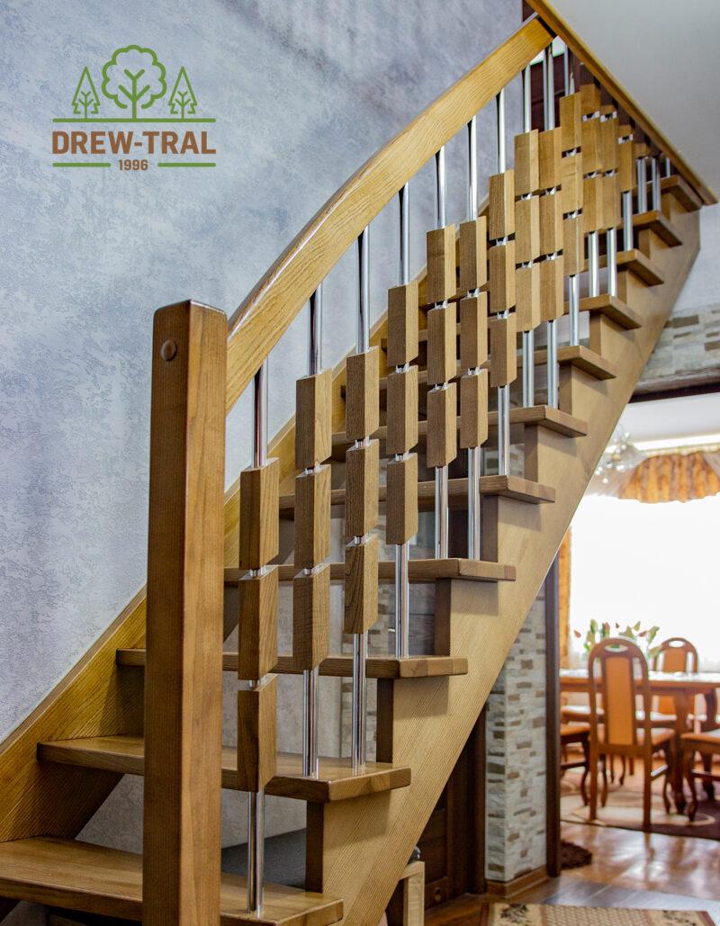 lakierowane schody drewniane z tralkami
